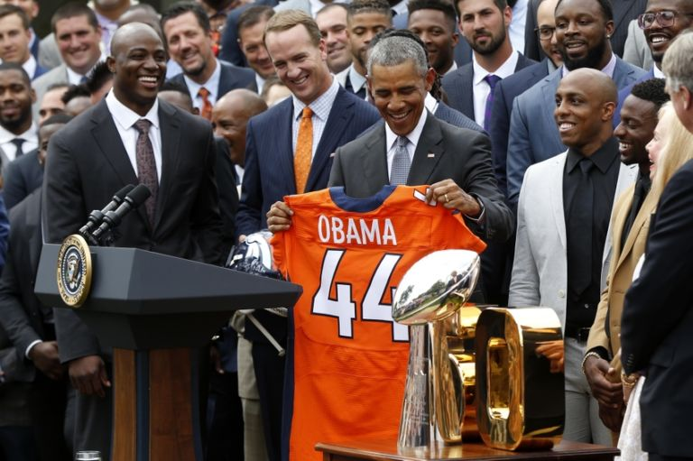 Peyton-manning-demarcus-ware-president-barack-obama-nfl-super-bowl-champion-denver-broncos-white-house-visit-768x511